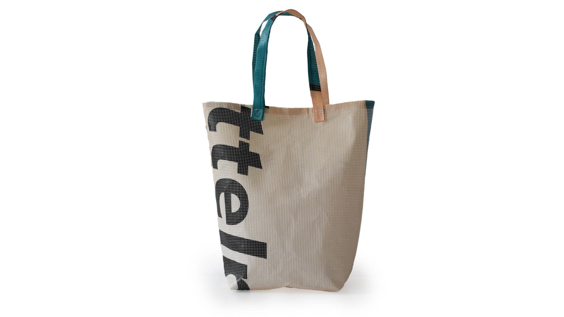 Individuelle Tasche aus recycelten Meshbannern